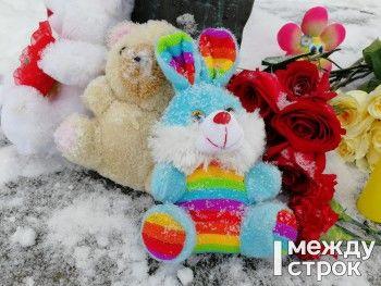 Жители Нижнего Тагила начали нести цветы и игрушки к народному мемориалу по погибшим в Кемерове