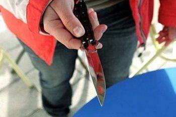 Кошмар на улице Вязов. В Нижнем Тагиле мужчина с ножом прилюдно ограбил девушку