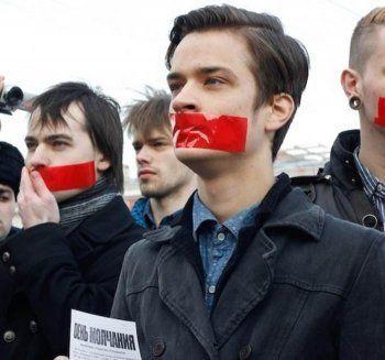 КС разрешил митингующим заклеивать рот