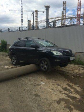 В Екатеринбурге Lexus повис на фонарном столбе