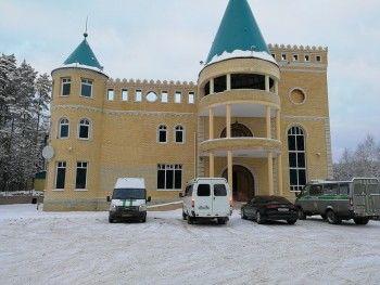 Судебные приставы при поддержке ОМОНа опечатали кафе-отель «Девичья башня» под Нижним Тагилом (ВИДЕО)