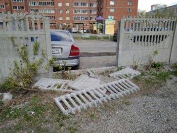 В Екатеринбурге на 9-летнего ребёнка упал бетонный забор
