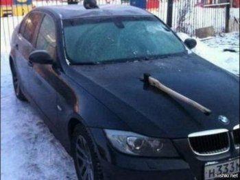 В Екатеринбурге мужчина на BMW топором изрубил УАЗ и его водителя (ВИДЕО)
