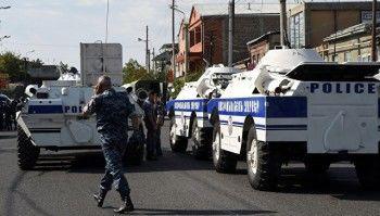В Армении запретили продажу оружия после захвата здания полиции