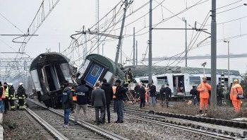 Два человека погибли при сходе поезда с рельсов в Италии