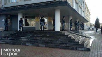 В Нижнем Тагиле ОМОН взял под охрану здание мэрии