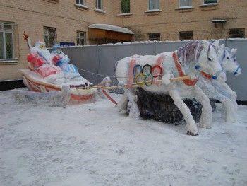 Тройка лошадей на территории исправительного учреждения