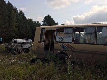Под Арамилем в лобовом столкновении Kia и автобуса пострадали 12 человек