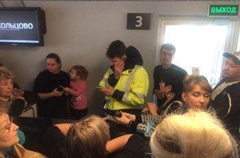 «Мне пора принимать таблетки, у меня нет воды». Более сотни свердловчан на сутки застряли в аэропорту «Кольцово» (ВИДЕО)