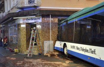 В Германии школьный автобус врезался в магазин, пострадали 48 человек