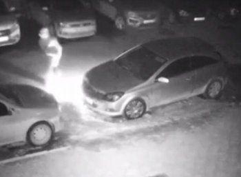 Ночной поджог автомобиля в Нижнем Тагиле попал на видео