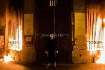 Пётр Павленский поджёг здание Банка Франции