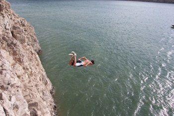 Прыгнул со скалы и ударился о камень. Несчастный случай произошёл в затопленном карьере Нижнего Тагила