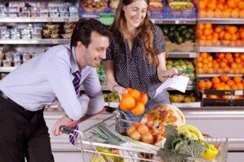 Россияне впервые за восемь лет стали тратить на еду больше половины доходов