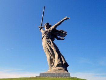 Волгоградцы требуют наказать команду Навального за фото «облитого» зелёнкой монумента «Родина-мать зовёт»