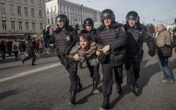 Во время акции «Он нам не Димон» в Москве задержали более тысячи человек