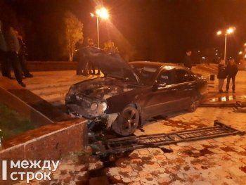В Нижнем Тагиле Mercedes с госномером 666 вылетел на тротуар (ФОТО)