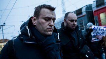 Алексея Навального закидали яйцами на вокзале в Уфе