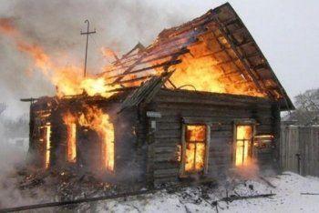 «Дети раздетые убегали к соседям». В Нижнем Тагиле сгорел частный дом и баня (ВИДЕО)