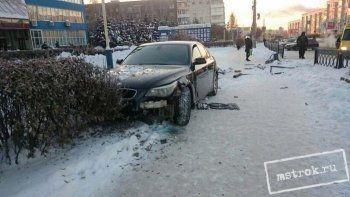 В центре Нижнего Тагила BMW врезалась в толпу людей на остановке. Есть пострадавшая (ВИДЕО, ФОТО)