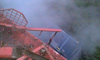 В Свердловской области грузовик упал с моста на железную дорогу