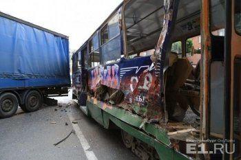 В Екатеринбурге после столкновения трамвая с фурой пострадали дети (ВИДЕО)