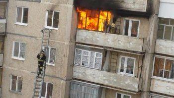 Пожарные Нижнего Тагила предотвратили трагедию в многоквартирном доме (ВИДЕО)