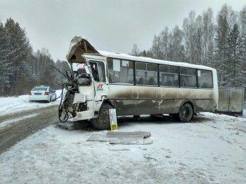 Под Екатеринбургом рейсовый автобуспротаранил фуру. Один человек погиб