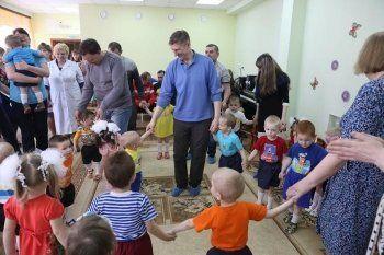 Работники НТМК подарили 60 упаковок подгузников спецдому ребёнка Нижнего Тагила