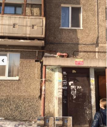 В Нижнем Тагиле женщина выпала из окна многоэтажки