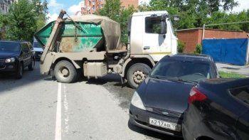 В центре Екатеринбурга мусоровоз протаранил два «Форда»