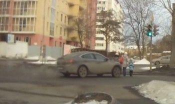 На видео попал момент наезда водителя-наркомана на четырёхлетнего ребёнка в Кольцово