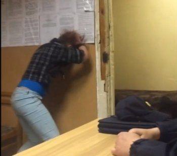 Жительница Нижнего Тагила разбила голову об стену, чтобы обвинить в травмах сотрудников полиции скандального ОП № 17 (ВИДЕО)