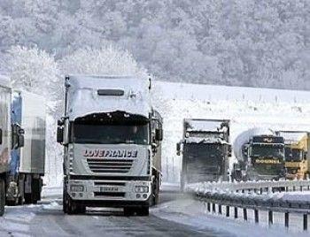 23 грузовика, брошенных на трассе Серов – Екатеринбург, мешают проезду других автомобилей