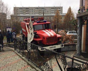 В Первоуральске пожарная машина протаранила салон красоты