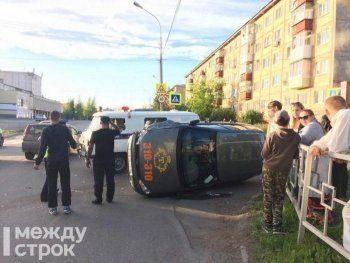 Появилось видео аварии в центре Нижнего Тагила, в которой перевернулось такси