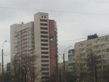 Очевидцы сообщили о взрыве в жилом доме в Петербурге