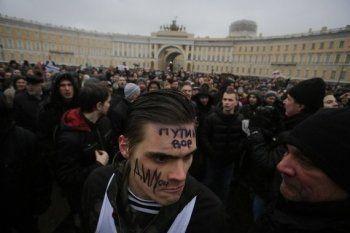 «Люди идут на Зимний». Протестующие в Петербурге требуют отставки губернатора Полтавченко
