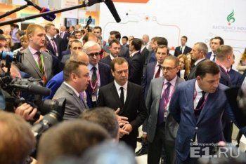 На Иннопроме Медведев поручил Куйвашеву следить за ситуацией со школами