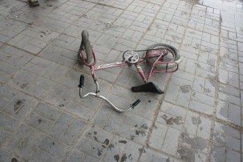 Возвращался от бабушки на велосипеде и угодил под машину