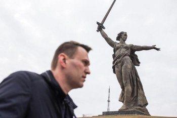 В Волгограде из-за коллажа с раскрашенным монументом «Родина-мать зовёт» завели уголовное дело на координатора штаба Навального