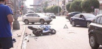 В Екатеринбурге мотоциклист влетел в иномарку (ВИДЕО)