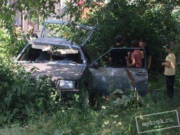 В Нижнем Тагиле «восьмёрка» врезалась в дерево рядом с магазином. «Дети чудом не пострадали, водителю пробило голову, орёт, как пьяный»
