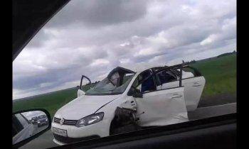 Под Ирбитом Volkswagen вылетел на обочину и 15 раз перевернулся через крышу (ВИДЕО)