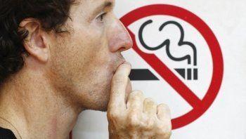 Госдума предложила запретить курение около подъездов