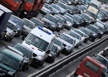СМИ: Скорым разрешат по радиоэфиру просить водителей уступить дорогу