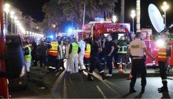 Теракт во Франции: в Ницце грузовик раздавил на Английской набережной не менее 80 человек (ФОТО, ВИДЕО)