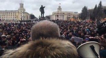 Тысячи жителей Кемерова вышли на стихийный митинг с требованием рассказать правду о пожаре в ТЦ «Зимняя вишня»