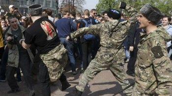 Суд приговорил казака, хлеставшего нагайкой протестующих 5мая, кштрафу в1 тысячу рублей