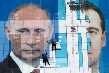 «Ведомости»: Медведев отказался ездить в регионы из-за фильма Навального